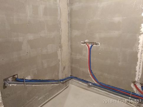 Gorsanteh. Коллекторная разводка труб и канализации в новостройке. Трубы Rehau, коллектора Far.