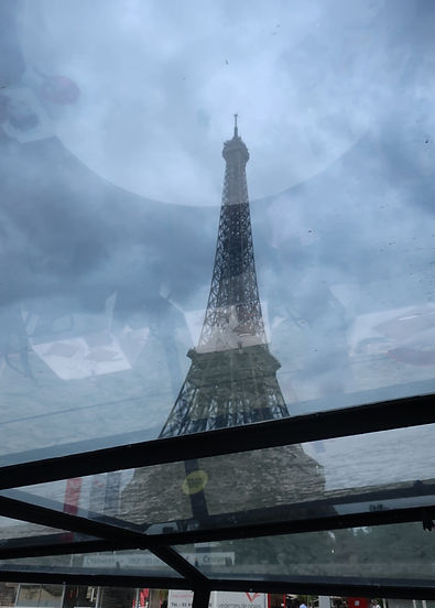Cruising past la Tour Eiffel.JPG