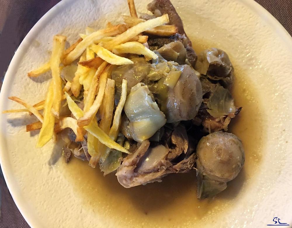 Cordero guisado con alcachofas, un plato lleno de sabor y tradición.