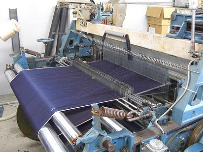 旧式の力織機を使用して織るセルビッチデニム