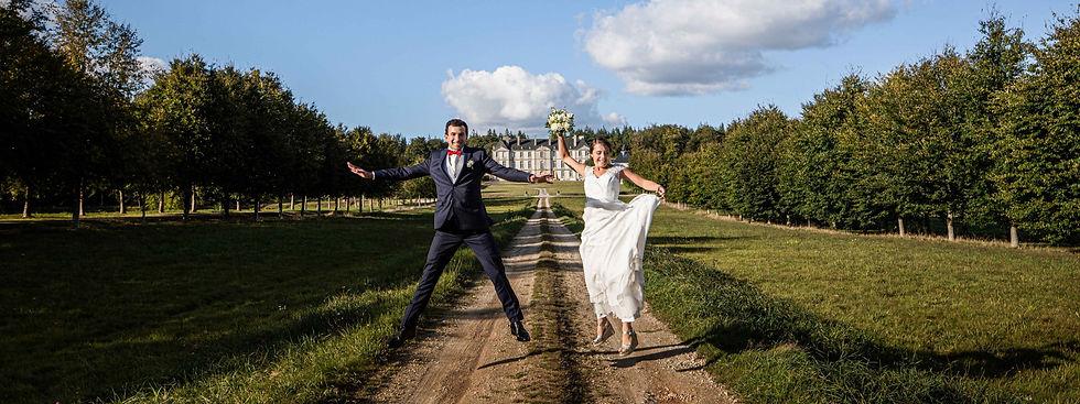 Mariés devant le château ©Guillaume Ayer