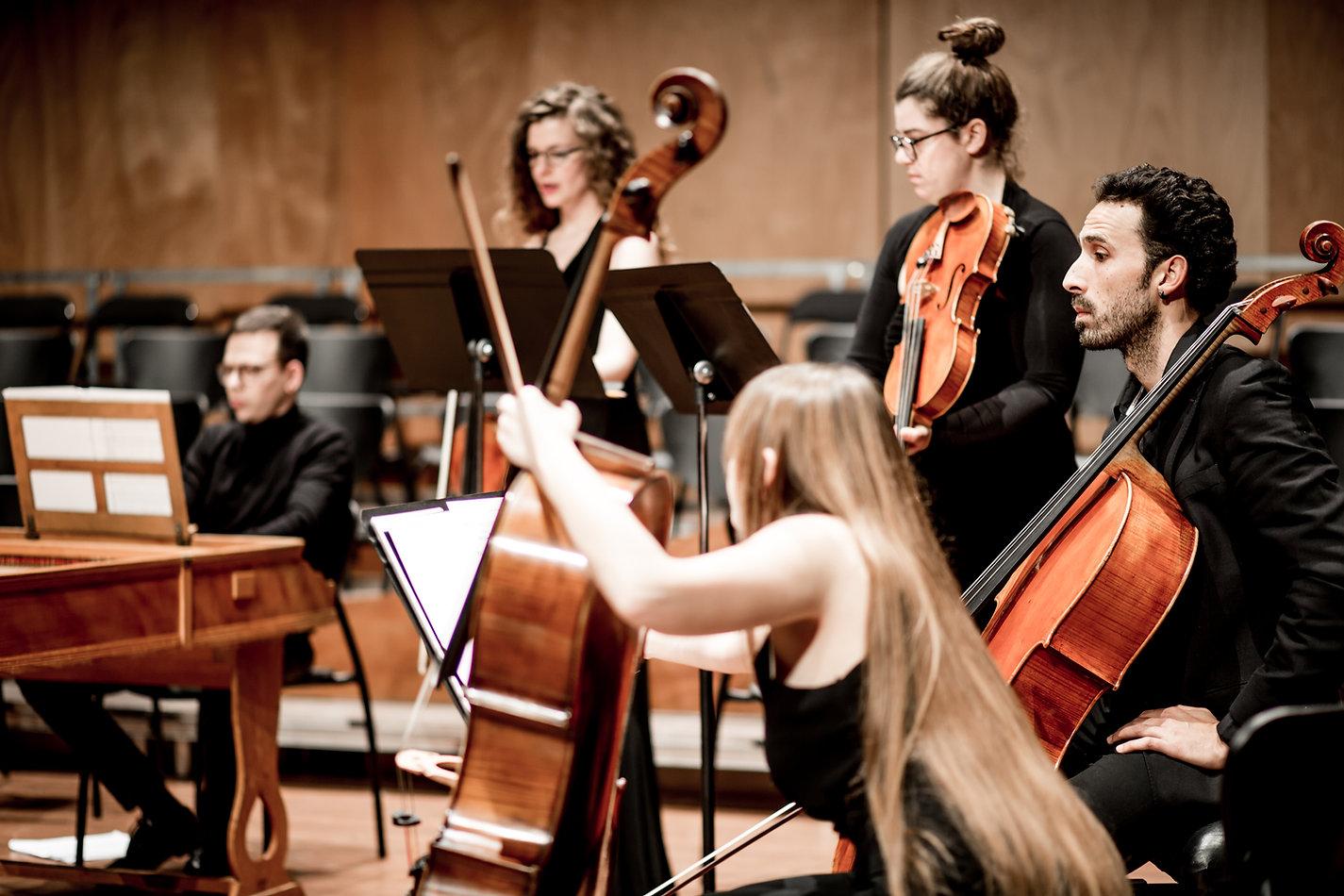 Violoncels, violes i clave durant el primer concert de temporada de Camerata Penedès a l'auditori municipal de Vilafranca del Penedès