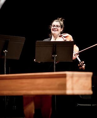 La violista de Camerata, Eura Fortuny, durant l'actuació de Camerata Penedès a l'auditori de Vilafranca del Penedès el passat febrer