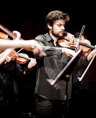 El violinista de Camerata Penedès, Javi González, durant el concert de Camerata Penedès a l'auditori de Vilafranca del Penedès