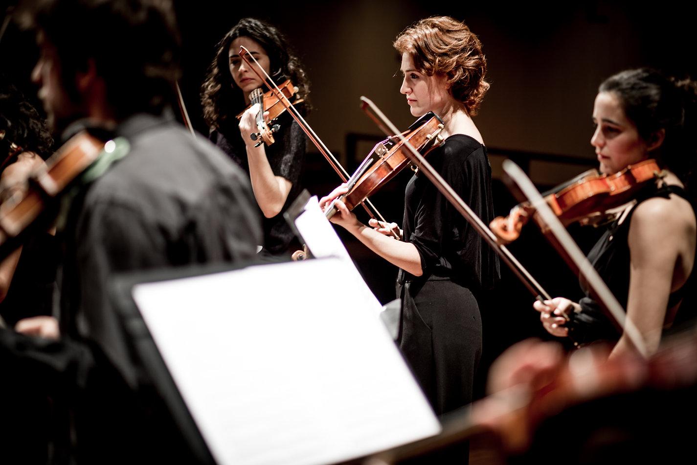 Les violinistes Marina Arrufat, Sara Balasch i Marina Sala durant un concert de Camerata Penedès a l'Auditori municipal de Vilafranca del Penedès