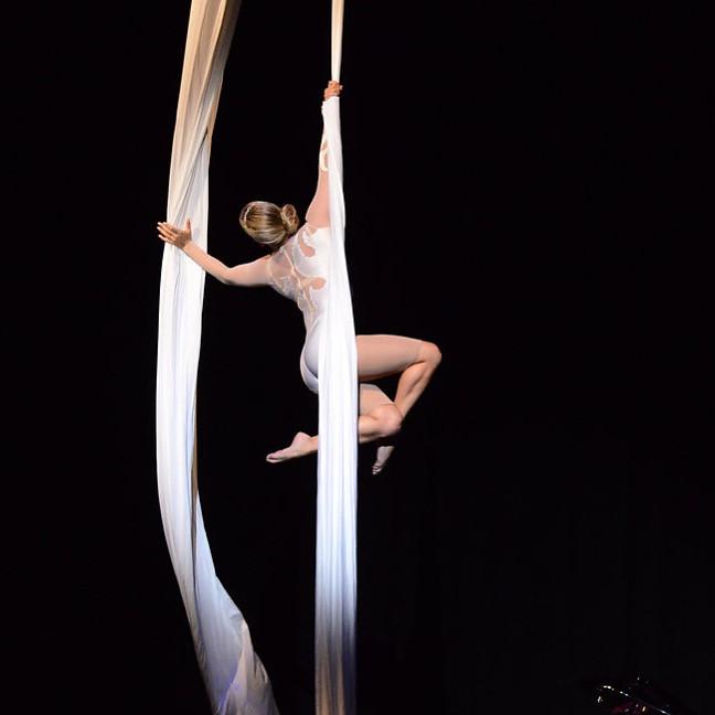 Aerial silks performance, one arm hang, Aerial Cheryl