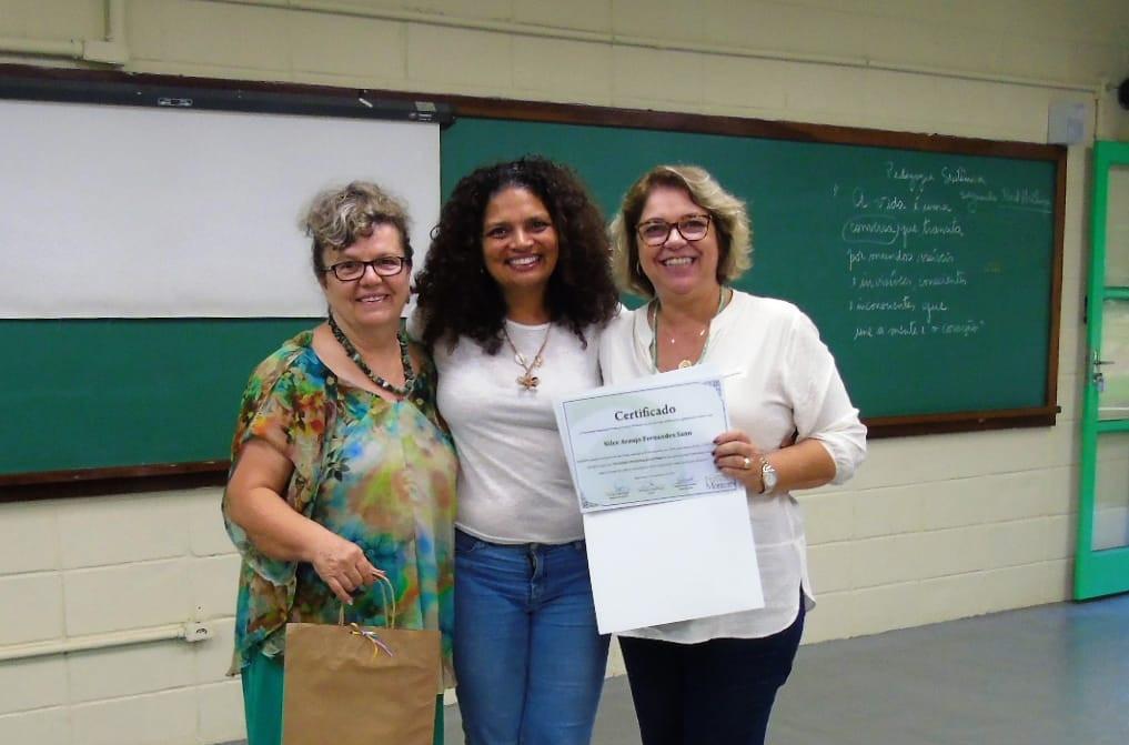 Diplomada pela Faculdade Municipal Prof