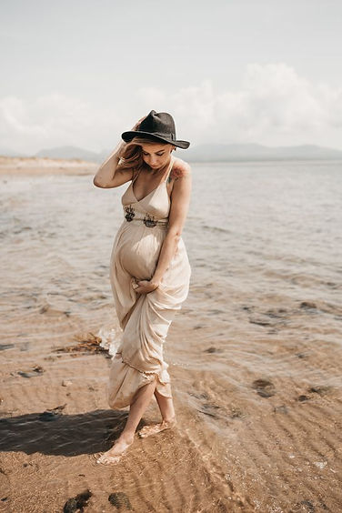 creative maternity photographer in manch