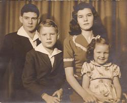 laura-with-siblings-christmas-1944