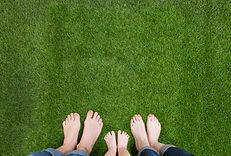 Familj fötter på gräs - AdobeStock_83