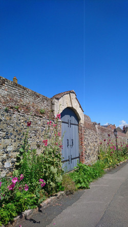 Porte de la cour du grenier à sel visite guidée du quartier des marins saint-valery-sur-somme en bai