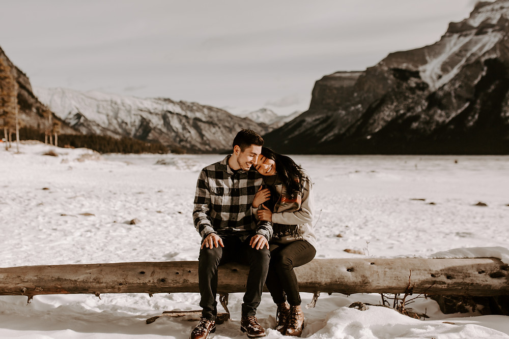 couple hugging lake minnewanka