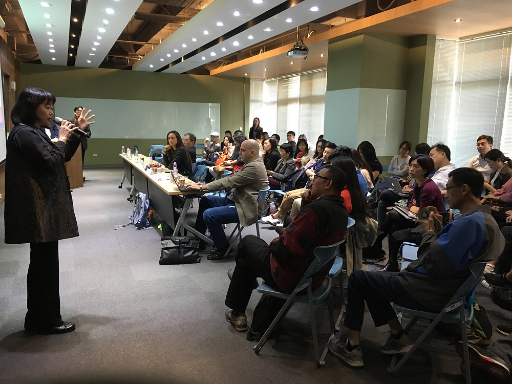 台荷加速器資深顧問吳蕙棻 Esther Wu介紹台荷加速器。