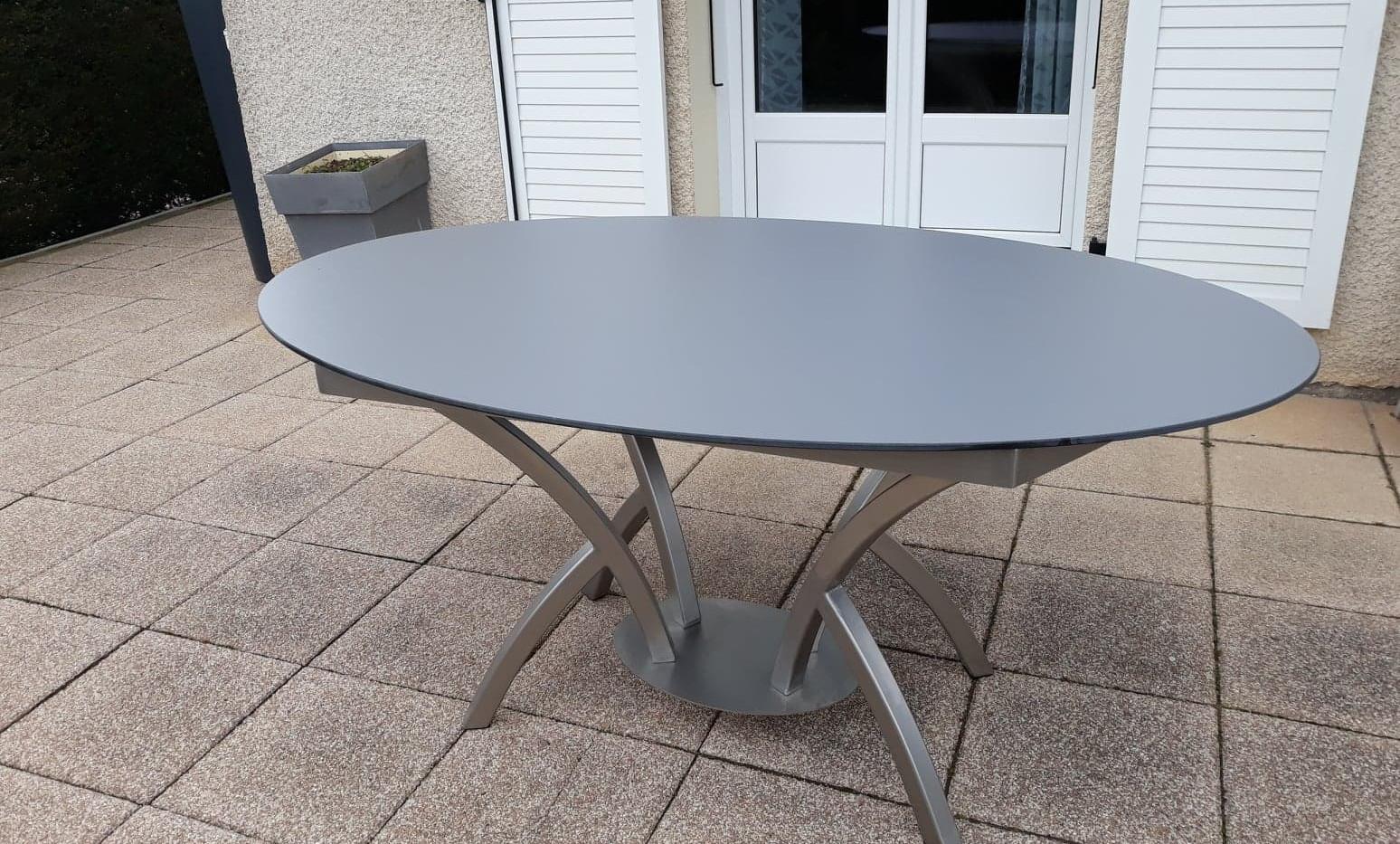 Table ovale pied central centré inox