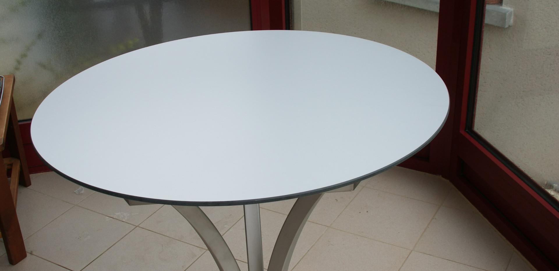 Table ronde pied central bombé inox