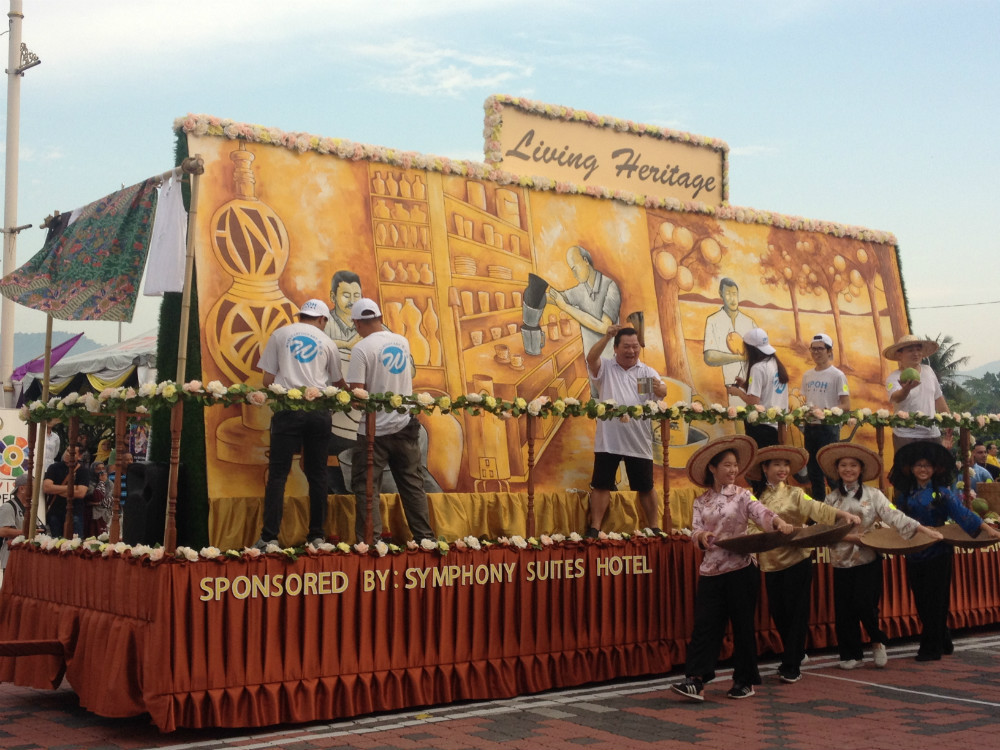 Participants by Perak Society of Performing Arts with float