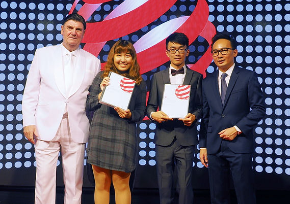 reddot 頒獎禮王于齊(右二)、黃羽蔓(左二)與陳佳鈴所設計的「BONE A