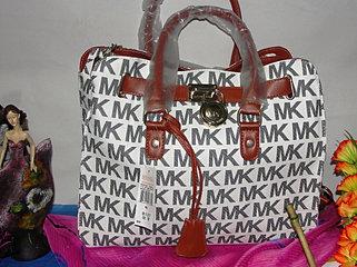 b75ec1dba ESTAMPADO: Tiene MK por toda la bolsa. En algunas