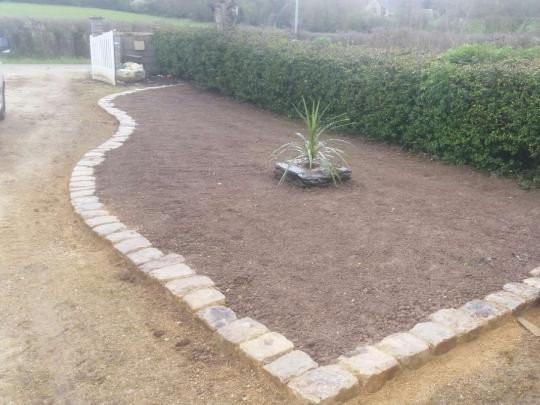 Création d'un coin pelouse délimité en pavés de rue