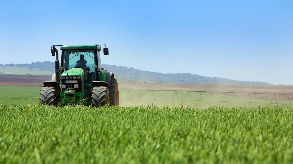 trator na tecnologia do agronegocio aumentando a produção por apontamento eletrônico e telemetria