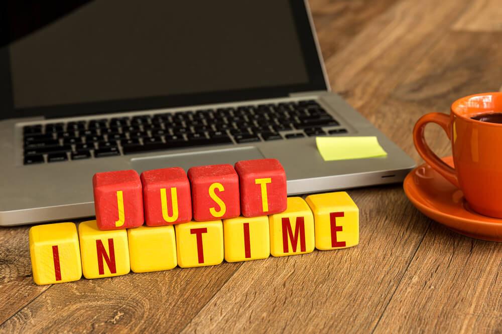 laptop com letras just in time com café. relaxando com Simova.