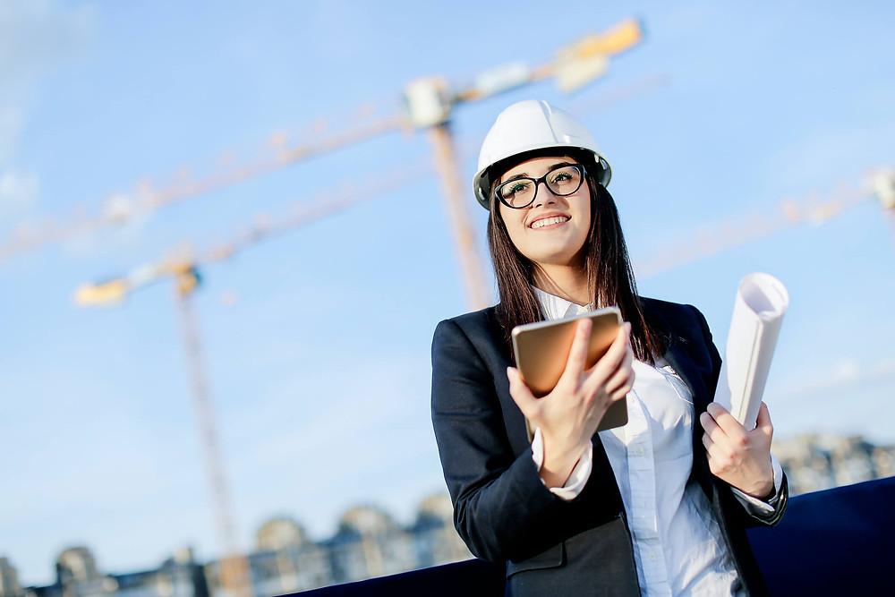 mulher na construção monitorando a qualidade da obra  com tablet. Sistema Simova