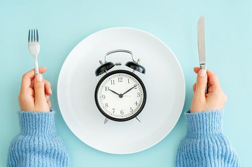 Jeûne intermittent : le régime du bien-vieillir?