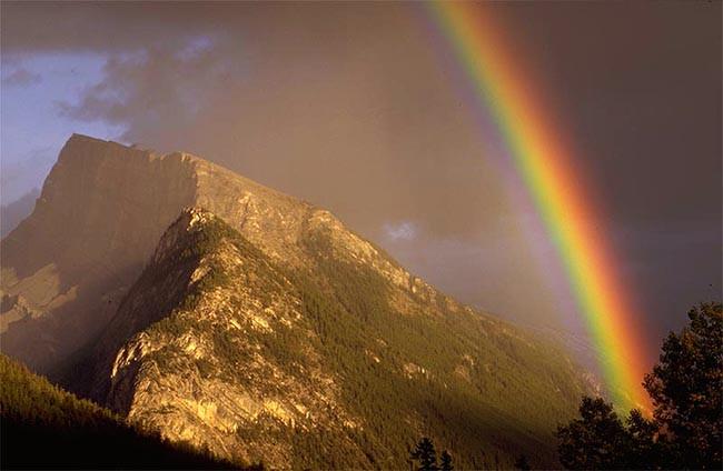 Banff 온천길에서 만난 무지개는 활처럼 굽으며 하늘로 올라가고 있었다.