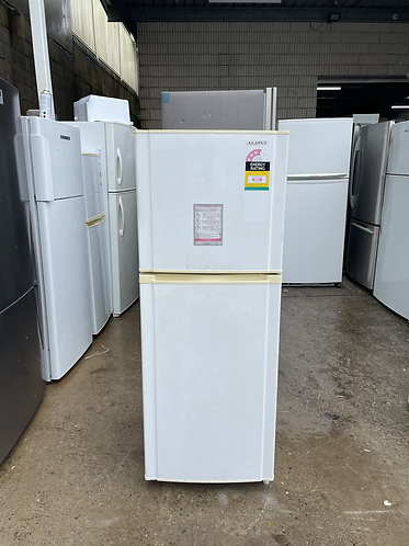 SAMSUNG 223 LITRES FRIDGE FREEZER.