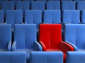 Σειρά από πολυθρόνες σινεμά μπλε και μια κόκκινη στη μέση που ξεχωρίζει. Σύστημα CRM προσαρμοσμένο ειδικά για τις δικές σας ανάγκες.