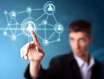 Νέος άνδρας που έχει το δάχτυλο πάνω σε σχήμα για ένα Portal Cloud εφαρμογών