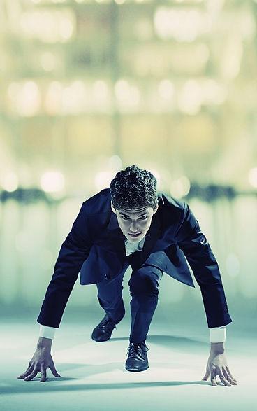 Επιχειρηματίας στην εκκίνηση ετοιμάζεται να τρέξει. Κάντε μια νέα αρχή. Κάντε την επιχείρησή σας πιο ευέλικτη και αντιμετωπίστε το ανταγωνιστικό περιβάλλον.