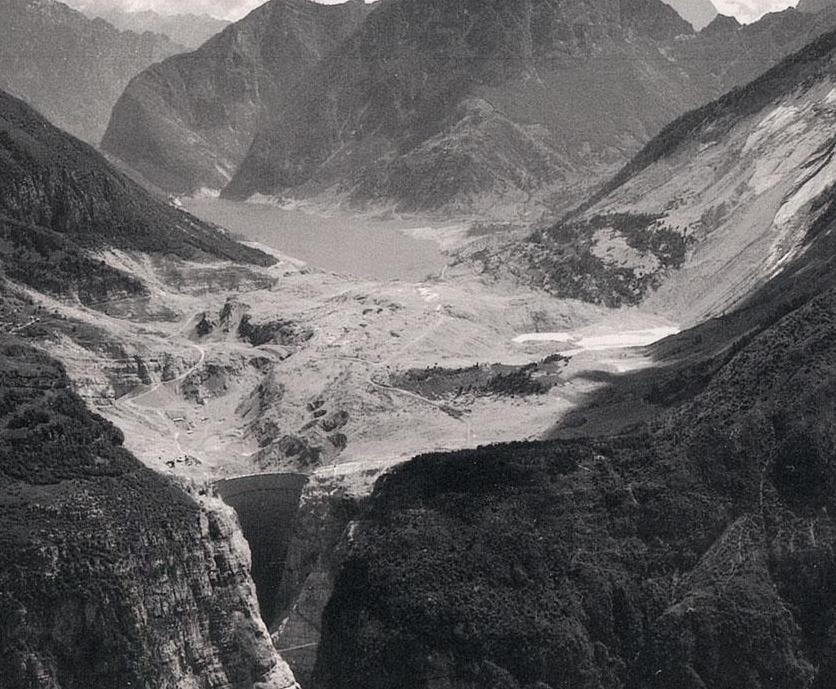 Panoramica della Valle del Vajont poco dopo il disastro del 9 ottobre 1963. Si nota la frana di 260 milioni di metri cubi staccatasi dal Monte Toc e precipitata nel bacino artificiale.