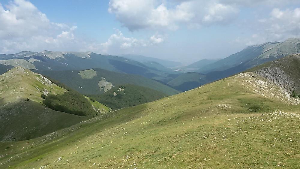 Vista sulla Vallelonga dal Rifugio di Iorio / Monte Tre Confini.