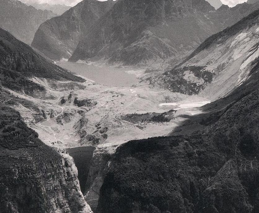 Es esta foto se ve claramente como el desmoronamiento del Monte Toc cubre el lago artificial que cae sobre la pequeña aldea.