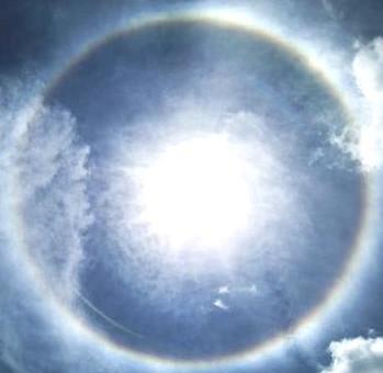 Uno strano alone intorno al sole nel cielo di Torino questa mattina alle 11.00