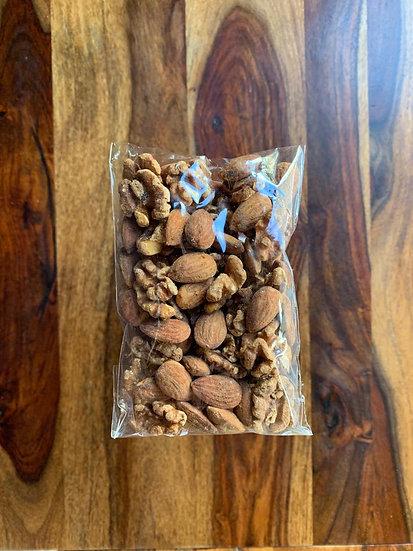 אגוזי מלך ושקדים