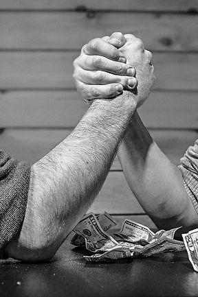 גברים מתחרים בהורדת ידיים