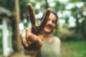 גבר מסמן סימן של שלום