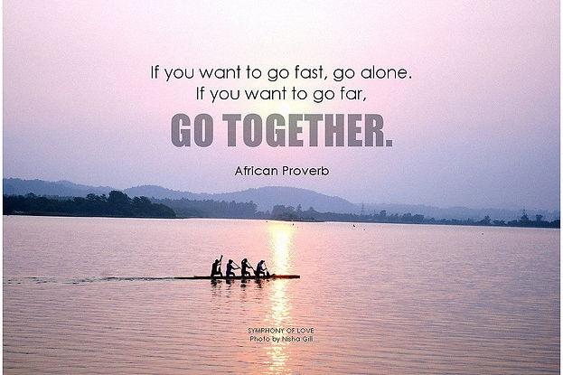 """""""ארבעה אנשים חותרים יחד ומופיע הפתגם """"ביחד מגיעים רחוק יותר"""