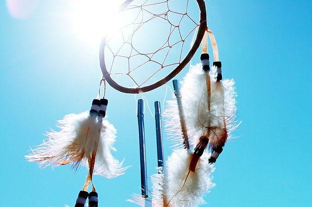 לוכד חלומות בשמש על רקע שמיים כחולים