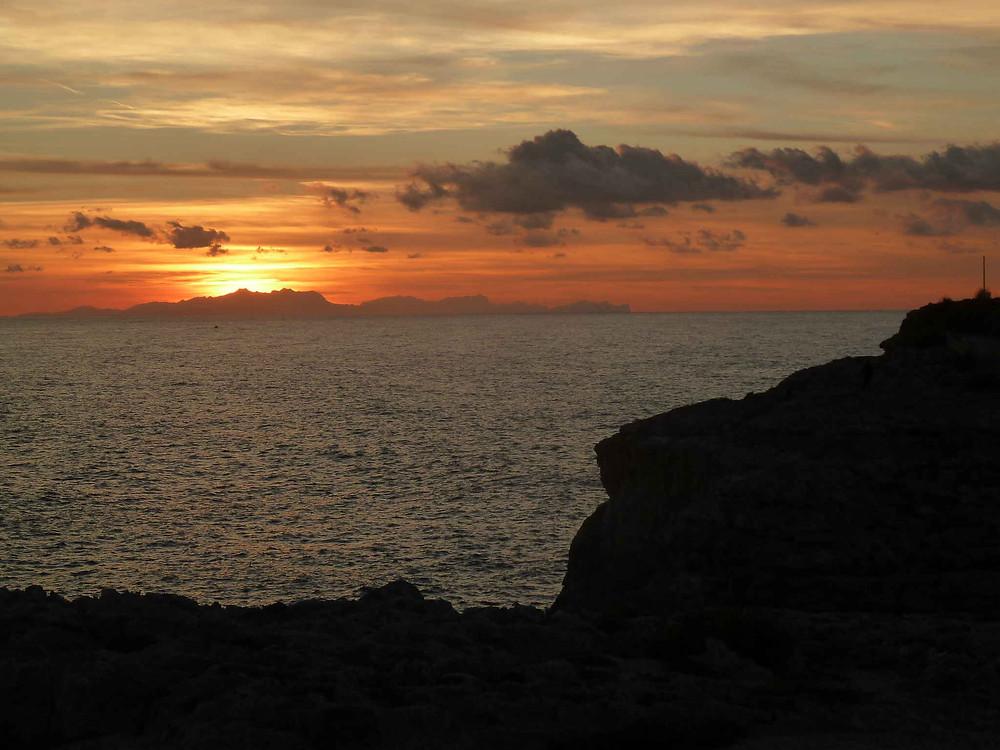 Coucher de soleil depuis Minorque sur l'île de Majorque