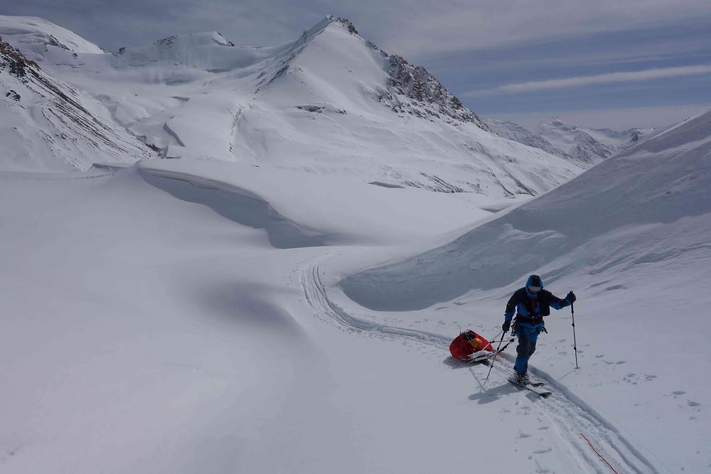pulka en bois remontant le glacier
