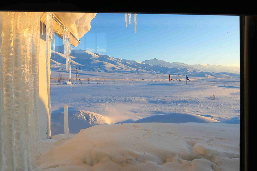 Vue sur la vallée de Suusamyr depuis la fenêtre de notre hébergement
