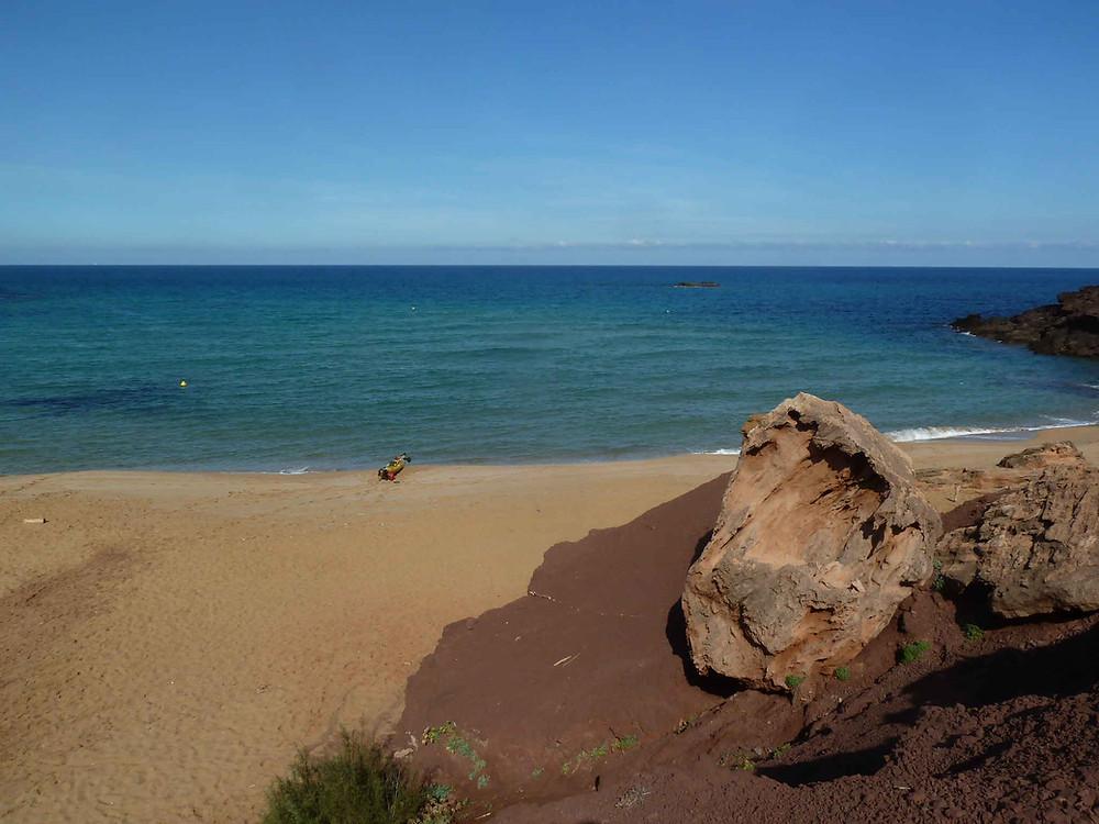 Kayak de mer sur une plage avec de gros blocs rocheux