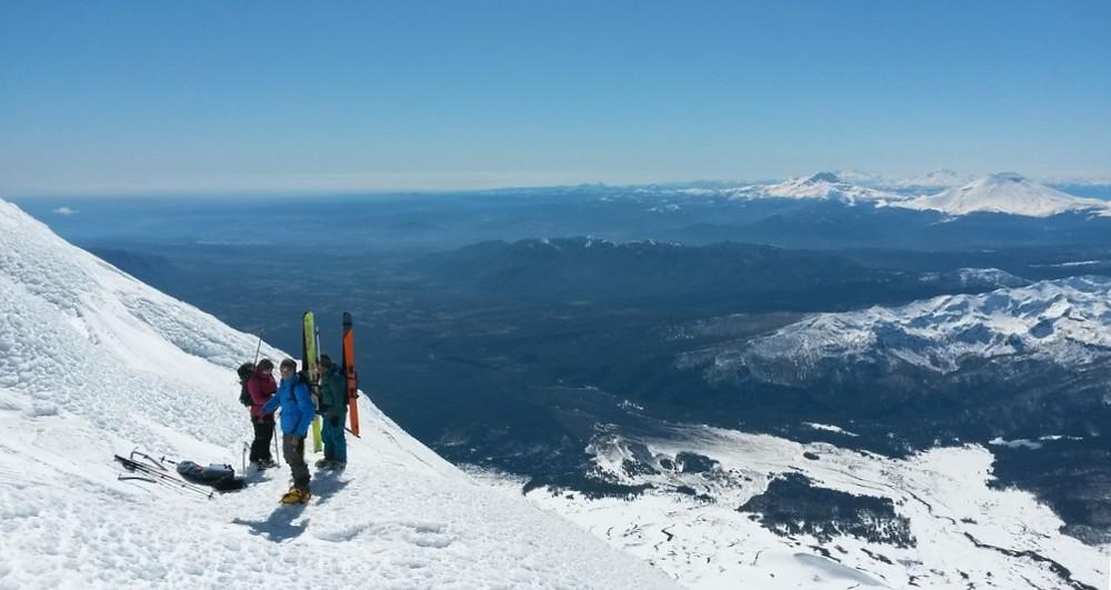 Sous le sommet, vue sur d'autres volcans à skier