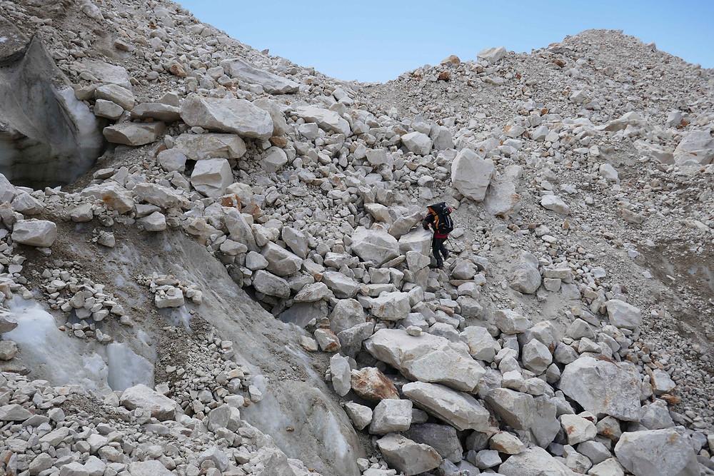 Dans la moraine de l'Himlung Himal entre ancien et nouveau camp de base, sacs lourds !