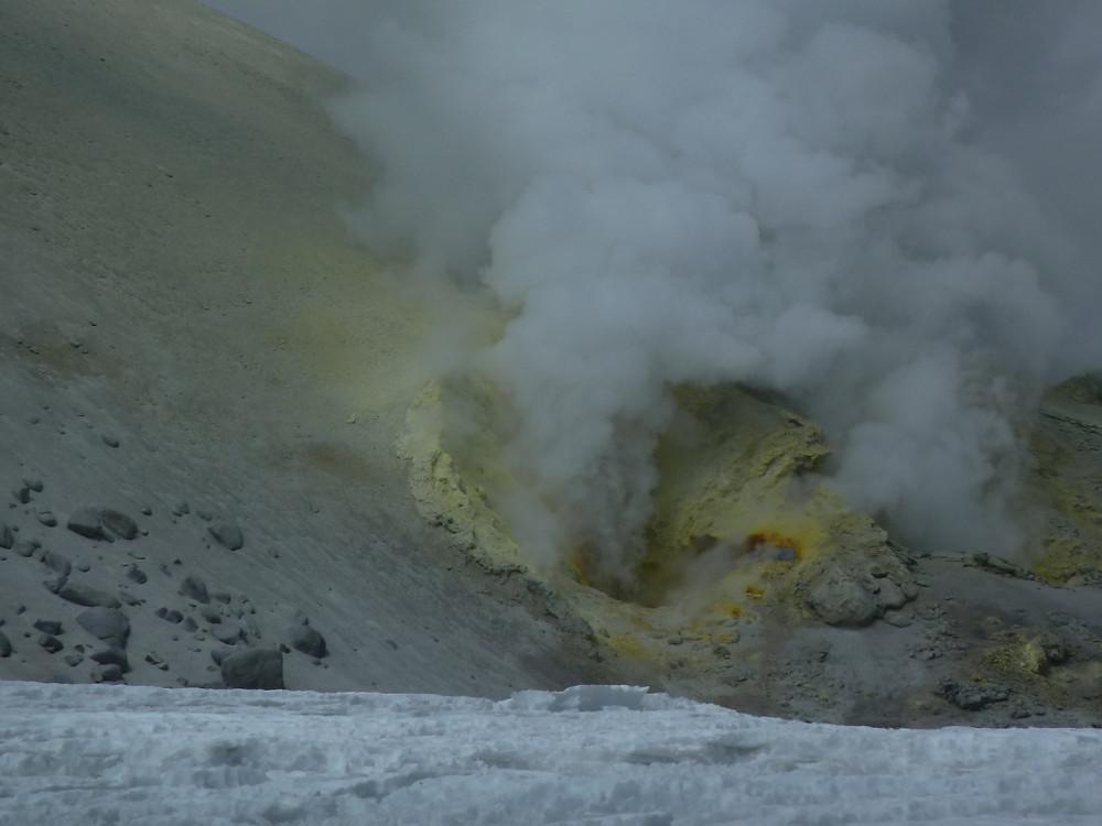 Fumerolles de soufre sur le volcan Guallatiri