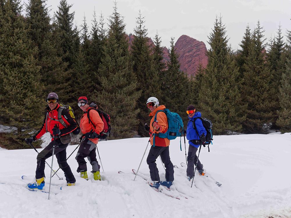 Mon groupe au complet de skieurs de randonnée au Kirghizstan face aux 7 taureaux