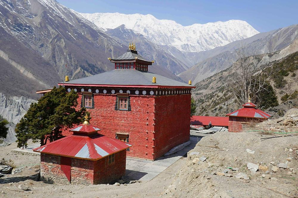 Monastère avec au loin le Tilicho à droite